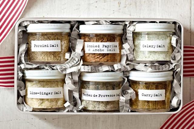 Các loại bánh, trái cây đóng gói hộp đẹp mắt cũng là một lựa chọn khi tặng quà diễn giả