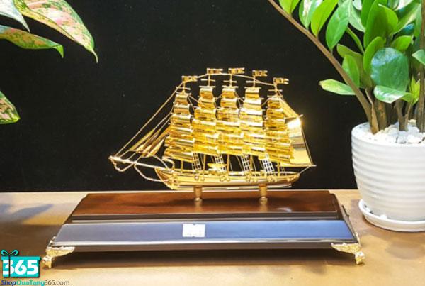 Quà tặng mô hình thuyền buồm mạ vàng 24k