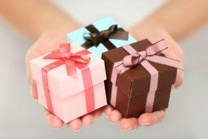 Hãy chu đáo lựa chọn món quà nhỏ khi bạn được mời tới dự một bữa tiệc tại gia đình